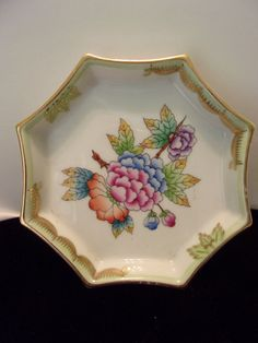 A beautiful Vintage Porcelain dish by Herend. This fabulous trinket dish in Green and Gold Trim is a lovely vintage piece from the Herend