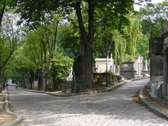 A fork in the path at Père Lachaise.
