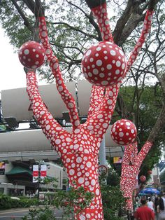 Resultados de la Búsqueda de imágenes de Google de http://www.luxq.com/wp-content/uploads/2012/03/Yayoi_Kusama_-_Ascension_of_Polkadots_on_the_Trees.jpg
