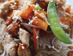 Makaron z fasoli mung z kurczakiem i warzywami