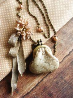 Etsy store kikosattic - love it Jewelry Art, Vintage Jewelry, Jewlery, Frame Purse, Vintage Romance, Pearl And Lace, Vintage Purses, Vintage Bags, Mini Purse