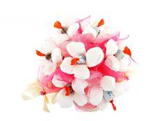 bukiet z cukierków i kwiatów z krepiny dostępny na kwiatyupominki.net