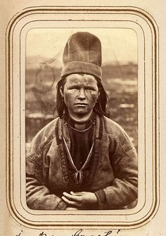 Porträtt av Inga Kajsa Granström, 22 år, Tuorpons sameby. Ur Lotten von Dübens fotoalbum med motiv från den etnologiska expedition till Lappland som leddes av hennes make Gustaf von Düben 1868.