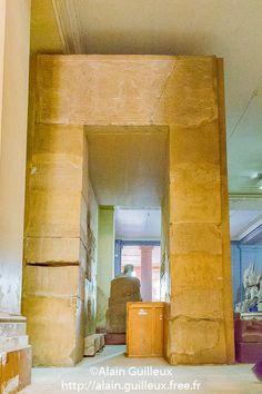 Porte de la fête Sed de Sésostris III. Trouvée à Médamoud et reconstituée au musée égyptien du Caire.