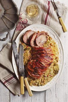 Ontbeende varknek gebraai in Sauvignon Blanc, Dié vleissnit kan nogal droog wees as jy dit net so oondbraai. Roast Meat Recipe, Pork Recipes, Cooking Recipes, Recipies, Kos, Blue Cheese Sauce, South African Recipes, Roasted Meat, Sauvignon Blanc