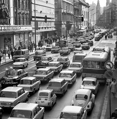 Stunning Pictures Show What Traffic Jams Looked Like In The Past London Bus, London Bridge, Old Pictures, Old Photos, Vintage Photos, Anno Domini, Downtown Los Angeles, Budapest Hungary, Retro Cars