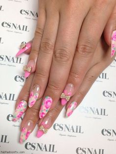 Feminine chic pink nails with flowers