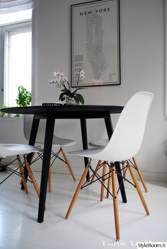 A weekend in New York, can be just pretend. Dining Area, Kitchen Dining, Kitchen Tables, Dining Tables, Inside A House, Scandinavian Interior, Home Kitchens, Sweet Home, House Design