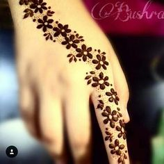 You HAVE to see these Minimal new mehndi design ideas for this wedding season! Party the mehndi party away with these back of the hand henna ideas! Henna Flower Designs, Mehndi Designs Finger, Mehndi Designs For Beginners, Mehndi Designs For Fingers, Unique Mehndi Designs, Beautiful Henna Designs, Latest Mehndi Designs, Simple Mehndi Designs, Beautiful Mehndi