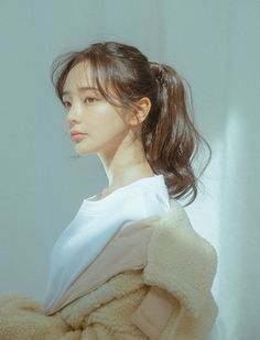 Meet Lee Hana,the female maknae from the one and only BTS. Human Poses Reference, Hair Reference, Aesthetic People, Aesthetic Girl, Ulzzang Korean Girl, Female Poses, Portrait Inspiration, Pretty Face, Pretty People