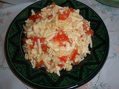 INGREDIENTES: 1/4 Kg. queso en un trozo (cualquier queso poco mantecoso), 1 cebolla seca o tierna, 1 tomate rojo duro, aceite de oliva, vina...