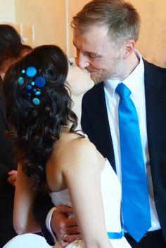 Moderner Kopfschmuck für die Brautfrisur mit Aquatönen und Royalblau  (www.noni-mode.de)