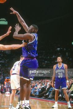 Fotografia de notícias : Larry Johnson of the Charlotte Hornets passes the...