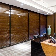 perfil bronze e persianas em madeira