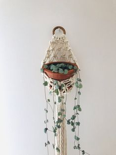 If you have small space for the keeping of flowerpots, holding flowerpots really are a excellent Option to standing flowerpots. Wall Plant Hanger, Macrame Wall Hanger, Macrame Plant Holder, Plant Wall, Scrap Quilt, Macrame Design, Macrame Projects, Macrame Patterns, Baskets On Wall