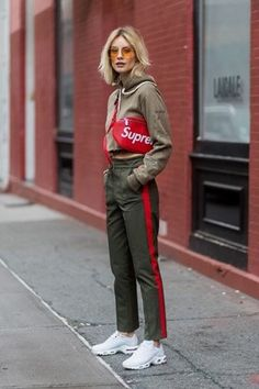 The Best Street Style From New York Fashion Week Spring 2018 New York Fashion Week Street Style Spring 2018 & StyleCaster Street Style Outfits, Look Street Style, New York Fashion Week Street Style, Spring Street Style, Mode Outfits, Cool Street Fashion, Fashion Outfits, Street Styles, Jeans Fashion