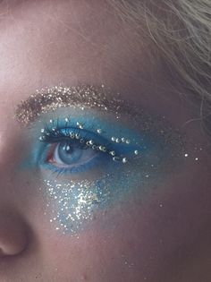 Whimsical Alice and wonderland makeup Fx Makeup, Makeup Inspo, Makeup Inspiration, Beauty Makeup, Hair Makeup, Queen Makeup, Alice In Wonderland Makeup, Glitter Face, Blue Glitter