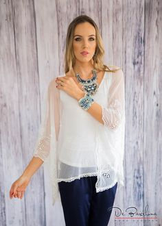 Blusa amplia, con mangas de tul bordado http://mujerdebarcelona.com/coleccion-fall-winter-2016-guatemala/