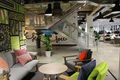 meeting informel dans cette salle de réunion en open space cosy et design …