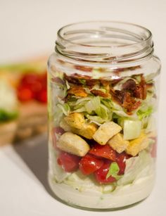 Reuse your White Girl Salsa jar for a BLT salad on the go! BLT salad in a jar weight watchers low-fat blt salad recipe Denise's note - I'm going to try this sans bacon and croutons with crumbled bleu cheese and black olives. Mason Jar Lunch, Mason Jar Meals, Meals In A Jar, Mason Jars, Plats Weight Watchers, Weight Watchers Meals, Blt Salad, Cucumber Salad, Chef Salad