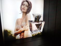 Custom floating showcase for #Guess
