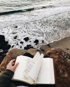 Reading by the sea // bookstagram aesthetics hipsters