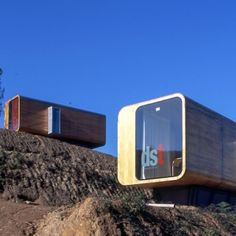 コンテナとは主に貨物の輸送に使われる長方形の大きな箱を指す。貨物列車や大型トラックが背中に載せているあれだ。そ ...