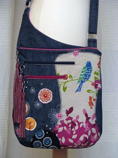 Love the positioning of the pockets.- Love the positioning of the pockets…beautiful design. Love the positioning of the pockets…beautiful design. Sacs Tote Bags, Tote Purse, Purse Wallet, Diy Sac, Denim Purse, Recycle Jeans, Craft Bags, Purse Patterns, Fabric Bags