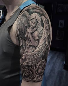 Tinta na Pele Angle Tattoo For Men, Angle Wing Tattoos, Half Sleeve Tattoos For Guys, Chicano Tattoos Sleeve, Forearm Sleeve Tattoos, Best Sleeve Tattoos, Hand Tattoos, Angel Tattoo Designs, Tattoo Sleeve Designs