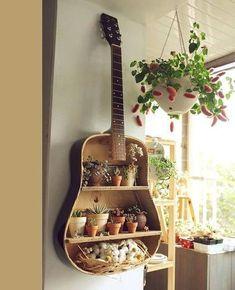 Şimdi eski gitarınızı nasıl geri dönüşüm aksesuararı olarak tekrar nasıl kullanabileceğiniz hakkında fikirler hazırladık. Evinizin görünümünü güzelleştirecek eşsiz bir rafa dönüşebilir. Küçük bir modifikasyon ve boya ile, bu kullanılan gitar, kullanışlı bir raf gibi bir ekran olacak . Kesinlikle kullanılan bir