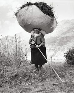 Haying in Cogne, 1959 Pepi Merisio vintage photography, vintage photos, retro photography vintage, black and white photography vintage Black White Photos, Black And White Photography, Old Pictures, Old Photos, Photocollage, People Of The World, Vintage Photographs, Historical Photos, Art Photography