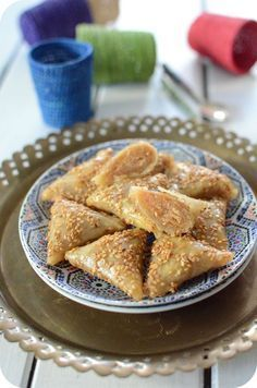 Les briouates de ma maman et qui ont bercées mon enfance ! Depuis le temps que je voulais partager cette recette avec vous, c'est enfin fait ! C'est des feuilles de brick farcies d'amandes frites mixées avec le sucre et parfumées de cannelle et de fleur...
