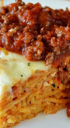 Spaghetti Pie is tossed in four cheeses and a quick and easy homemade meat sauce. Pack it in a pie plate and bake for 20 minutes for an incredible meal! Ramen Recipes, Pasta Recipes, Beef Recipes, Dinner Recipes, Cooking Recipes, Noodle Recipes, Spaghetti Pie Recipes, Baked Spaghetti Casserole, Gourmet