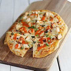 This Buffalo Chicken Flatbread is a divine combination of spicy chicken and cool blue cheese crumbles. It is all the bubbly cheesiness of pizza only better! Pizza Recipes, Chicken Recipes, Dinner Recipes, Top Recipes, Amazing Recipes, Chicken Flatbread, Flatbread Ideas, Flatbread Recipes, Flatbread Pizza