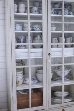 En titt in i skåpet och kärleken för livsmedelsbutiker i förorterna! Kitchen Dresser, Kitchen Cupboards, Royal Copenhagen, Cream Aga, Big Kitchen, Kitchen Ideas, Walk In Pantry, Farmhouse Table, Cottage Style