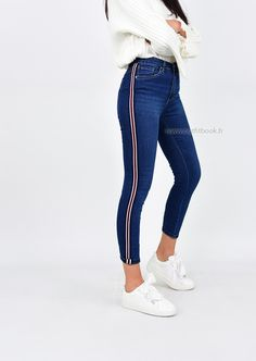Jean skinny bleu avec bande latérale Dope Outfits, Retro Outfits, Trendy Outfits, Girls Fashion Clothes, Fashion Outfits, Champion Clothing, Best Jeans For Women, Style Feminin, Stylish Dress Designs