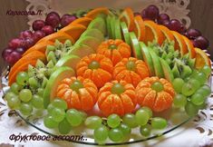 The drunk man in a supermarket can not pass his reflection. Fruit Presentation, Cute Food, Yummy Food, Fruits Decoration, Fruit Buffet, Food Carving, Vegetable Carving, Food Garnishes, Garnishing