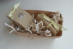 Набор, состоящий из кусочка медового и кусочка лавандового мыла//box with lavender and honey soap