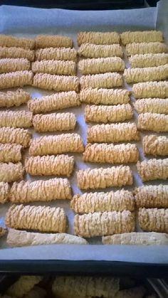 Darálós keksz Isteni finom sokáig el áll - Egyszerű Gyors Receptek Hungarian Recipes, Garlic Bread, Cookie Jars, Cake Recipes, Biscuits, Caramel, Fudge, Food And Drink, Cookies