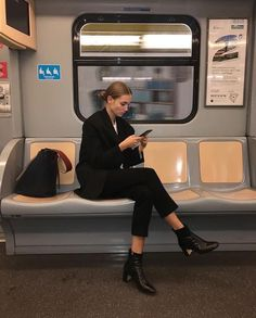 Black casual or smart outfit- black blazer, black boots, white t shirt outfit Beauty And Fashion, Look Fashion, Fashion Design, Looks Cool, Looks Style, Mode Outfits, Fashion Outfits, Fashion Models, Fashion Women