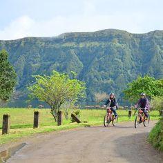 Recorrer en bici la Lagoa das Sete Cidades es una de las muchas actividades que puedes hacer en San Miguel Azores.  #VisitAzores