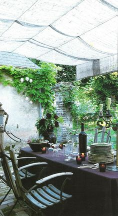 Love the linen canopy over the outdoor table!  Côté Ouest Aout-Sept 2003 via linenandlavender.net