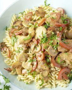 Stroganoffsaus is een pittige saus uit  de Russische keuken met paprika en room. Origineel wordt het gemaakt met  rundsvlees, maar met kip is ook een lekkere variatie! Wij tonen je hoe  je deze klassieker met een twist in een wip op tafel kan zetten.