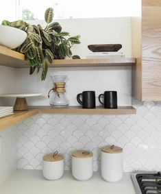 11 types of white kitchen splashback tiles: Add interest with shape over colour. Fishscale tile, white fishscale tile tiles 11 types of white kitchen splashback tiles: Add interest with shape over colour - STYLE CURATOR Kitchen Splashback Tiles, Kitchen Tiles Design, Kitchen Flooring, Interior Design Kitchen, Backsplash Tile, White Tile Backsplash Kitchen, Colourful Kitchen Tiles, Splashback Ideas, Tiling
