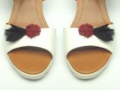 ozdoby do butów, mocne klipsy, różyczki z piórkiem