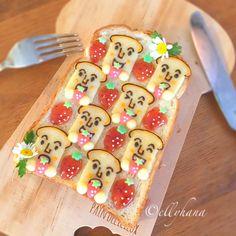 おはようございます。 #食パンマン様 の#食パン です。私も何度か作らせてもらいましたが、いま#トースト を素敵にデコって楽しむのが流行っていて毎日instaで見かけますね。ジャムやフルーツ、キャラやイラスト一枚の食パンをキャンバスにして、誰でも気軽にお絵かきを楽しめるから、皆さん個性的で素敵 センスの良い方ばかりで勉強になります✨ ・ ハッシュタグがたくさんあってそれぞれ どれが最初かわからないけれど 始められた方に失礼があってはならないので、わかる範囲でタグつけします。もし間違えてたらごめんなさい♀️ 見落としていて、こんなハッシュタグもあるよとかあったらタグ付けさせていただきたいのでぜひ教えてください。 ・ これはメロンパンのクッキー生地を貼り付けて焼いた #メロンパントースト で、 #メロンパンdeコッタ の姉妹タグとして @yocccccccchi さんが昨年作ってくださった #トーストdeコッタ と、 @pan.pun.529 さんの始められたかわいい #苺柄トースト #苺模様トースト のコラボで #いちご柄トースト とも言い #食パンdeコッタ...