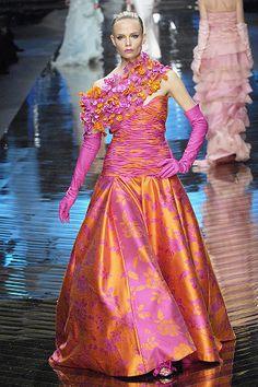 Valentino Spring 2008 Couture Fashion Show - Natalia Vodianova ✨ 🌸 🌹 ᘡℓvᘠ❤ﻸ Orange Fashion, Pink Fashion, Colorful Fashion, Couture Fashion, Runway Fashion, Fashion Show, Fashion Fashion, White Satin Dress, Valentino