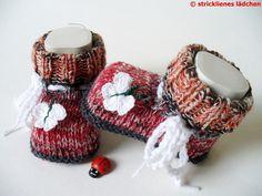 """Babyschuhe gestrickt aus der """"guten"""" Sockenwolle      Süß sind die gehäkelten Schmetterlinge am Vorderfuß!    Die Sohlenlänge der Babyschuhe beträg..."""