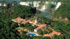 Fazia anos anos e anos que eu queria conhecer as Cataratas em Foz do Iguaçu… Patrimônio Natural da Humanidade, tem mais de 275 quedas d'água no Rio Iguaçu e mais de 250 mil hectares de área de floresta. Estava super ansiosa e com ótimas expectativas para essa viagem, mas posso dizer que elas foram superadas. …