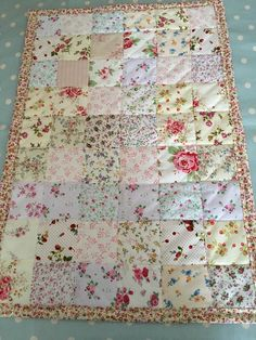 Patchwork quilt in shabby chic , floral fabrics. Doll Quilt, Rag Quilt, Scrappy Quilts, Easy Quilts, Mini Quilts, Patchwork Quilting, Shabby Chic Quilts, Shabby Chic Decor, Quilting Projects